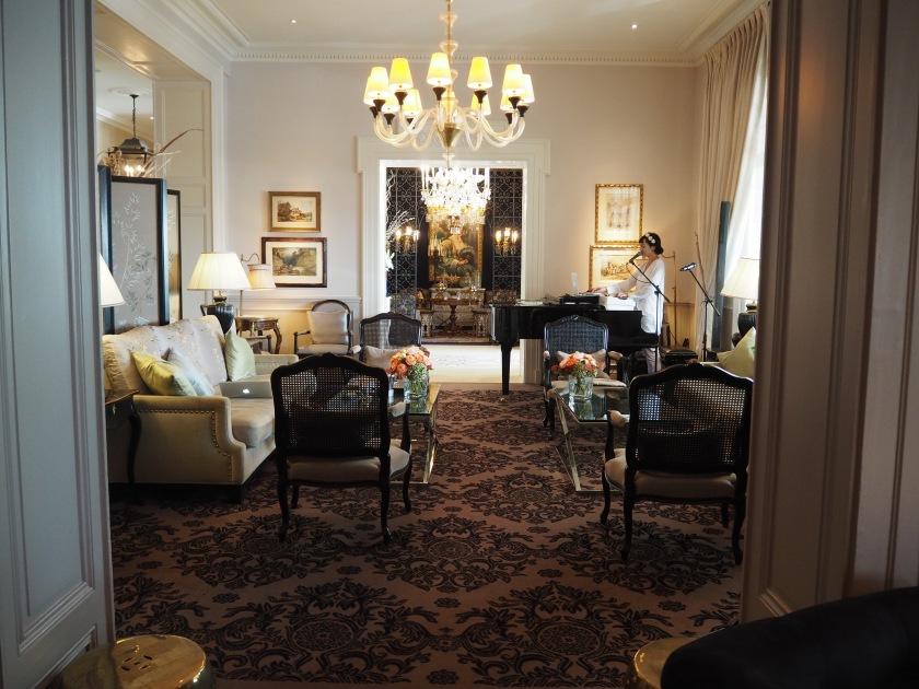 Le Lounge, avec la chanteuse/pianiste au fond